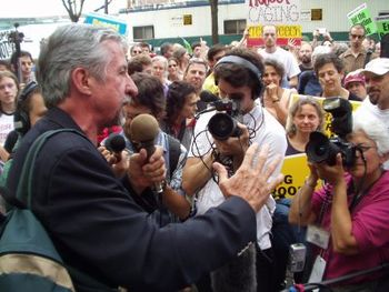 English: Photo of Tom Hayden addressing an ant...